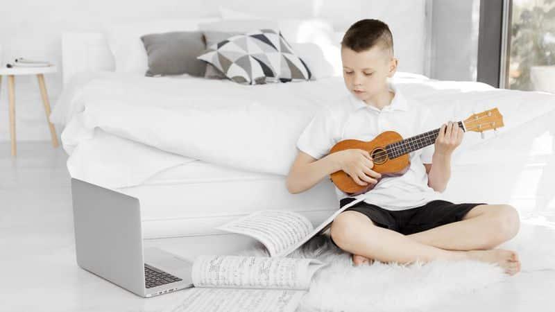 Un alumno se autoenseña música
