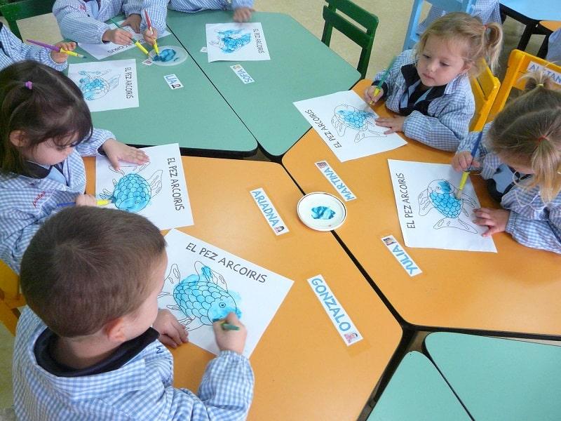 Niños coloreando Proyecto Cachorros