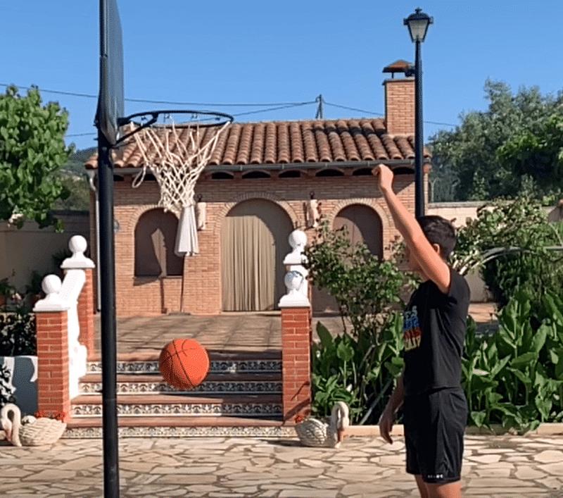 Estudiante de bachillerato a distancia aprende sobre ciencia con el baloncesto