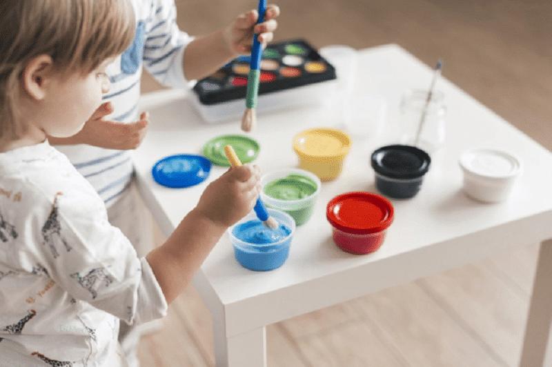 Niño pintando mandala