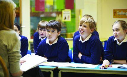Niños y niñas con profesora