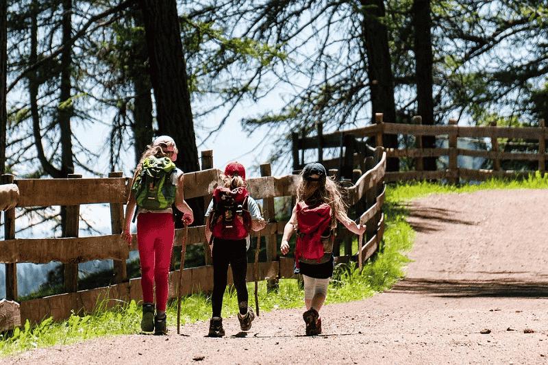 Familia haciendo senderismo