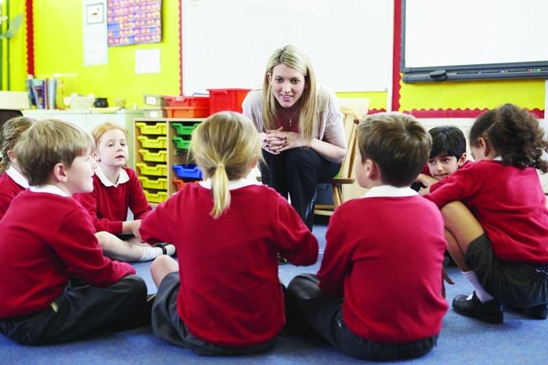 Maestra con niños en clase