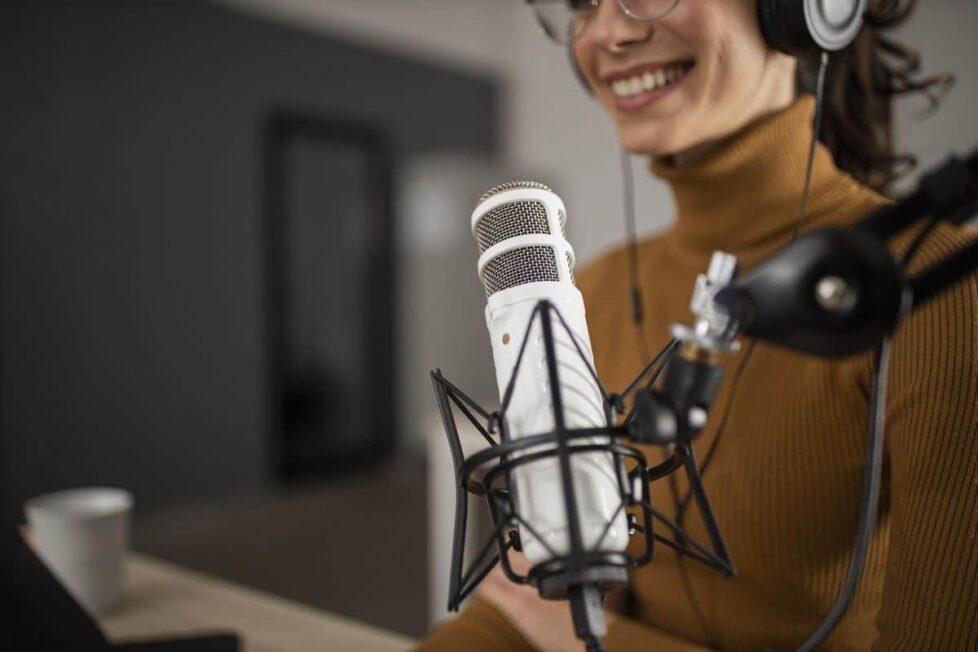 una mujer graba un podcast