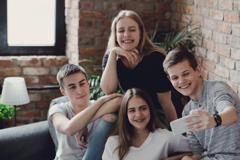 Adolescentes haciendose un selfie. Como evitar las discusiones con hijos adolescentes en vacaciones.